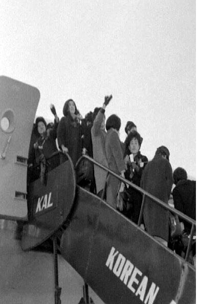 한국간호원 서독으로 출발 비행기에 오르는 모습 2