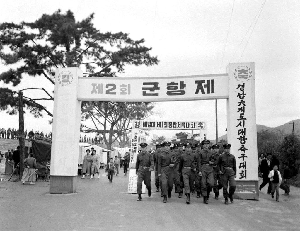 제2회 군항제 주변 광경2