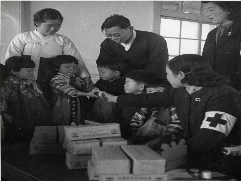 미국 청소년적십자로부터 온 선물을 받고 있는 아이