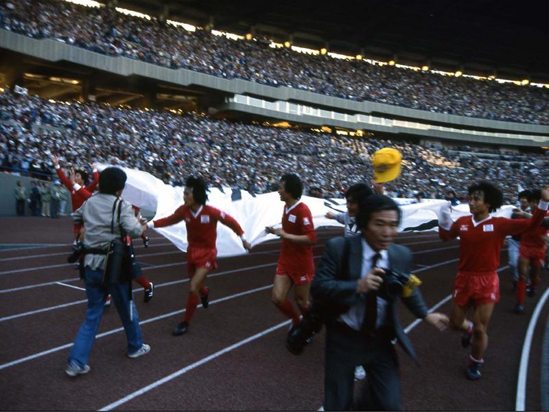 우승후 태극기를 뛰는 한국선수들