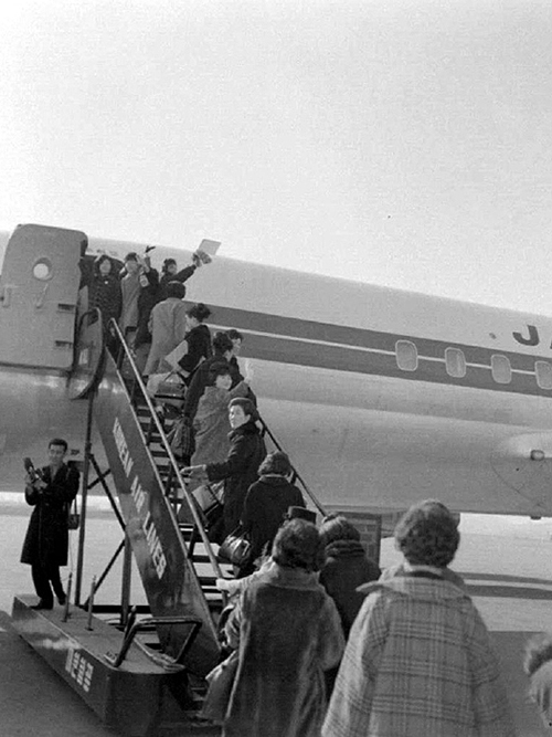한국간호원서독으로출발비행기에오르는모습1
