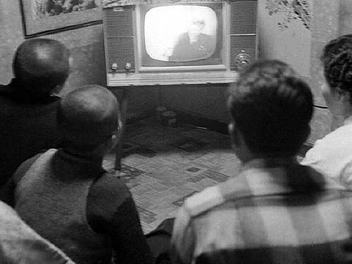 TV시청하는중산층가정2