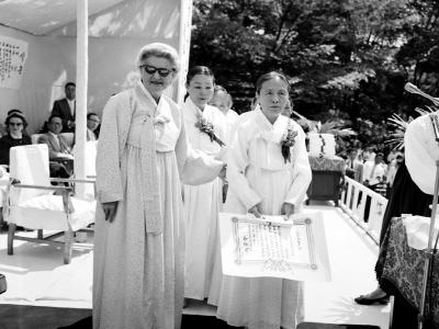 이승만대통령부인 프란체스카 제9회어머니날기념모범어머니에게표창장수여후기념촬영1