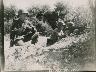 낙동강을 주시하는 군인들