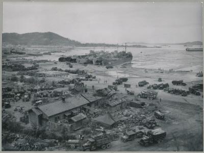 물자보급을 위해 인천항에 정박한 연합군 전차상륙함(LST)
