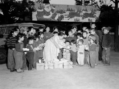 미육군차관부인고아원어린이에게크리스마스선물전달1