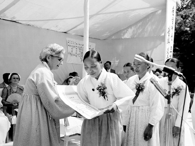 이승만 대통령 부인 프란체스카 제9회 어머니날 기념 모범 어머니 표창식 참석 표창장 수여1